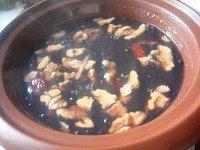 核桃黑豆炖猪腰,加适量精盐调味即可。