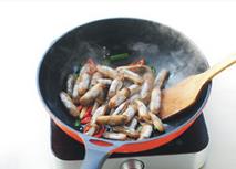 葱姜炒蛏子,放入蛏子用大火翻炒至蛏子壳全部张开。