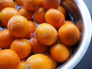 金桔酱,先把金桔洗干净一遍后,加盐水浸泡半小时后再搓洗一遍后晾干水待用