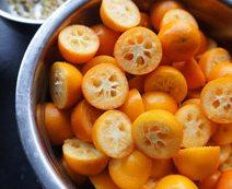 金桔酱,最好用竹签挑,没有就用牙签,把里面的籽都挑出来