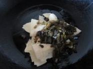 鲜笋片儿川,下少许油烧热铁锅,炒香笋片和雪菜末
