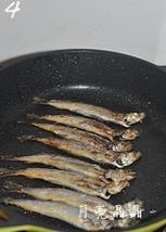 香煎椒盐多春鱼,中火,两面煎至焦黄。