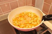蜂蜜金桔茶,加水和冰糖,大火烧开,改小火熬25-30分钟。
