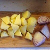 咖喱猪排饭,2小时候切土豆和洋葱,都切块,2cm左右