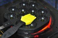 章鱼小丸子,在煎锅里刷上适量的植物油。