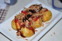 章鱼小丸子,按口味挤上沙拉酱,番茄酱,章鱼烧酱。撒上木鱼花和海苔碎即可食用。
