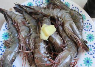 照烧虾,切两片姜备用。