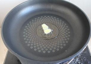 照烧虾,锅内倒油,烧6成热,放入姜片,煎出香味。