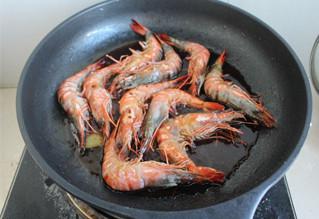 照烧虾,放入调料,盖锅盖,中火闷5分钟,让虾入味,最后大火收汁,让汤汁浓稠,能挂在虾上为止!