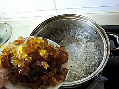 金丝蜜枣羹,加入蜜枣丁煮上2分钟。