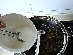 金丝蜜枣羹,倒入水淀粉搅拌均匀。