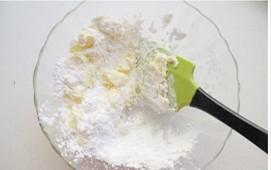 可可曲奇,充分软化的黄油和糖粉用刮刀翻拌均匀。
