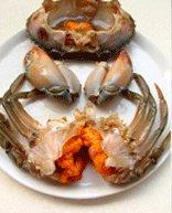 避风塘炒蟹,先用20毫升白酒从蟹嘴中灌入,等蟹醉后将其身体刷干净,斩件分成5部分。