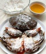 避风塘炒蟹,将斩件的蟹用白酒略微腌制一下,全部拍上淀粉备用。