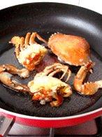 避风塘炒蟹,起油锅,油可以多倒一些,8成热时,放入蟹肉,蒜蓉炸香后捞起