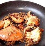 避风塘炒蟹,等面包糠与佐料全部融合入味时,即可捞起盛盘