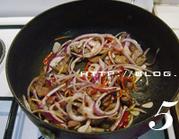 火爆猪肝,加入洋葱丝炒匀。