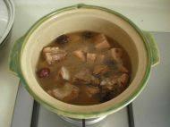 红枣莲藕排骨汤,炖好后加入少量盐调味即可