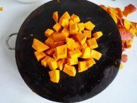 红枣南瓜汤,南瓜去皮去籽切成小块。