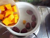 红枣南瓜汤,煮出枣香味,放入切好的南瓜。