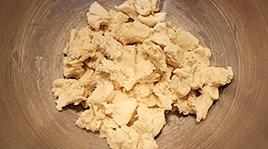 灯笼面包,将冷藏好后的中种面团撕成小块,放在搅拌盆中
