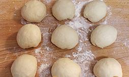 灯笼面包,分成50g一份的小剂子,搓圆中间发酵15分钟