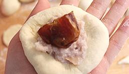 灯笼面包,然后将50g面团(留2个不要放馅儿)稍微擀平,把芋泥和蜜枣包进去