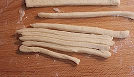 灯笼面包,取出不放馅儿的小剂子,擀平,切成条状