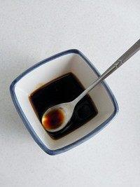 腊味煲仔饭,生抽和蚝油拌匀调成料汁。