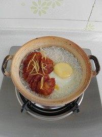 腊味煲仔饭,盖上锅盖焖煮至腊肠里的肥肉粒变得透明就可以关火。