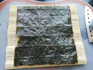 ≈肉松寿司≈,竹帘上放上一片海苔