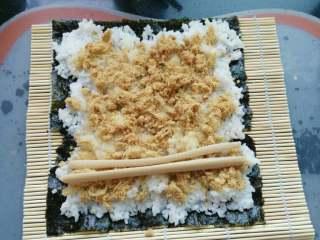 ≈肉松寿司≈,还可以根据个人喜欢放上火腿肠等等