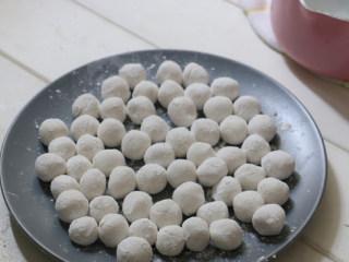 蒸汽球釜丸子红豆汤,搓成自己喜欢的大小,盘里要撒些糯米粉,防止粘连。(如果一次做多了,可以放入冷冻,要用的时候直接煮,不用解冻。)