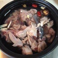 冬笋土鸡汤,鸡冷水下锅。我习惯性放了一颗香菇和红枣,想吃清淡不放也行。鸡汤开了除去泡沫。放入冬笋片。水开后转小火炖1个小头。