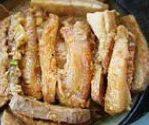 荔浦芋头扣肉,然后把一片芋头、一片肉,依序排放到一个碗里,倒入之前腌肉的调味汁