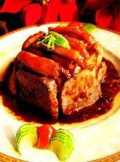 荔浦芋头扣肉,上锅蒸1小时,将已蒸熟的扣肉先倒出汁,再扣在盘中。另起一锅,放入刚才倒出的汁,加少许水、老抽,湿淀粉勾芡,淋在扣肉上就好了~