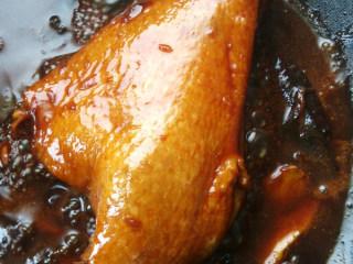 上海酱油鸭腿,大火收汁时加少许盐,留少许汤汁,盛出后用斩骨刀切块,浇汁即可
