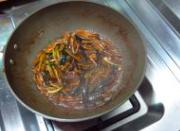 响油鳝丝,炒匀以后加入盐、老抽、白糖、适量胡椒粉。汤汁收浓之后、装盘。