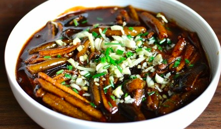 响油鳝丝,装盘后、撒上蒜末、葱花、烧热一点油浇上,上桌。