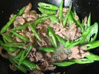 杭椒牛柳,倒入杭椒翻炒十来下后,倒入牛肉,加黑胡椒碎和少许盐调味(如果你腌肉的料够重,可不用再加盐),略翻炒(不要久炒,速战速决)后撒上熟白芝麻(没有也无所谓)即可出锅.