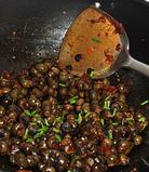 酱爆螺蛳,加点鸡精,撒入葱花,炒匀出锅。