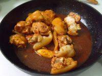 腐乳红烧猪蹄,放兑好的汁翻炒均匀煮开,放入冰糖和葱结。