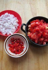 番茄浓汤,<a style='color:red;display:inline-block;' href='/shicai/ 29'>洋葱</a>、红尖椒剁碎、西红柿切小丁