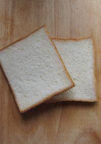 番茄浓汤,炖煮的同时来做炸面包丁。选择适量白面包