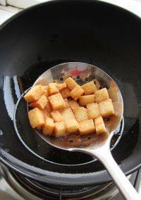 番茄浓汤,趁着最后熬煮的时间来将面包丁完成。锅内油热,入面包丁炸至金黄捞出控油备用