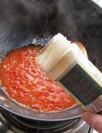 番茄浓汤,撒入一些白胡椒调味,煮至自己喜欢的浓稠度就可盛出,撒上面包丁即可食用。如果之前没有放白腐乳,就需要加少量的盐、糖调味