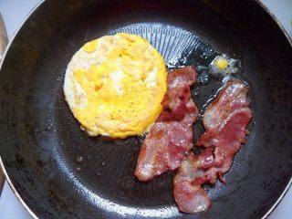 法风烧饼,趁着烤飞饼的时候煎鸡蛋和培根