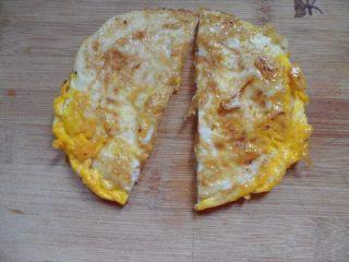 法风烧饼,煎好的鸡蛋切两半,我把两个鸡蛋煎在一起了,比较厚