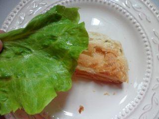 法风烧饼,取一块烤好的飞饼,用手轻压一下,放上生菜