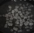 冰糖葫芦串,冰糖和水一起倒入锅中,开大火煮,不断搅拌至冰糖融化。